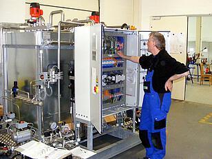 Unser Mitarbeiter Martin Kück bei der Inbetriebnahme einer Reinigungsanlage